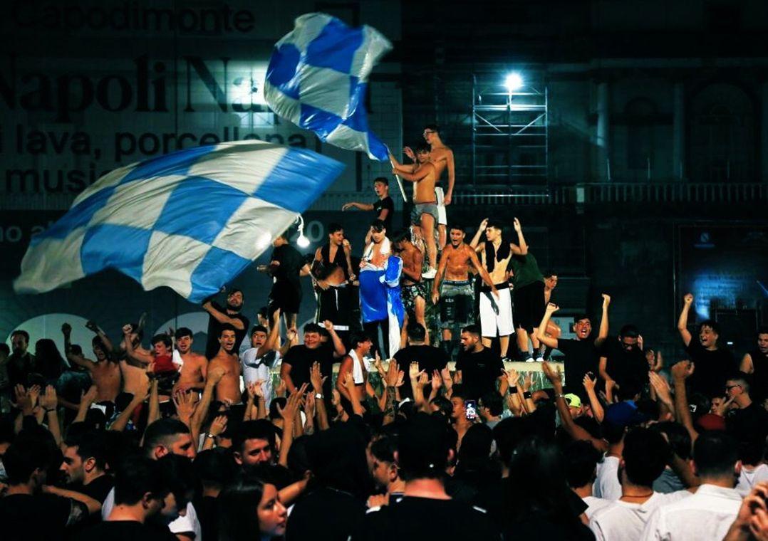 Diretor da OMS critica festa da torcida do Napoli após título