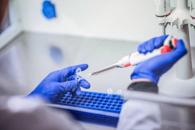 Vacina da Moderna contra covid-19 avança para a terceira fase de testes