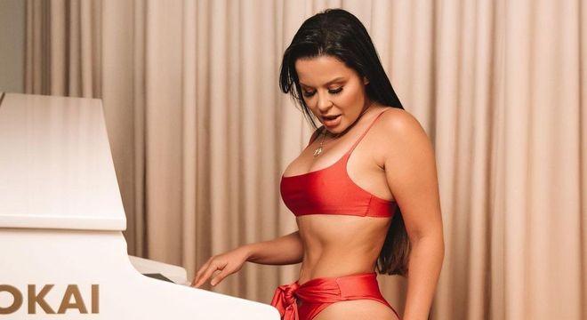 Maraisa toca piano de biquíni e internautas elogiam boa forma