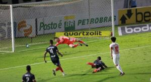 São Paulo é goleado, mas mantém 7 pontos de vantagem no Brasileirão