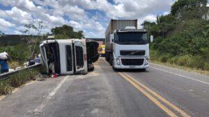 Caminhão com carga de soja tomba no município de Cristinápolis