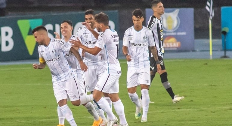 Grêmio atropela o rebaixado Botafogo e volta a sonhar com o G4