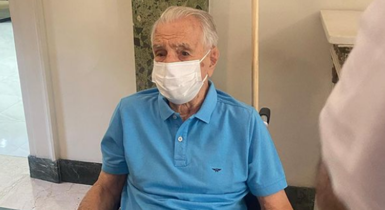 You are currently viewing Aos 101, Orlando Drummond, o Seu Peru, é vacinado no Rio de Janeiro