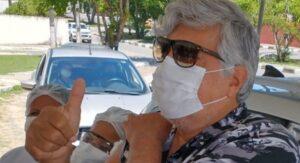 Sidney Magal é vacinado contra covid e celebra na web: 'Viva o SUS'