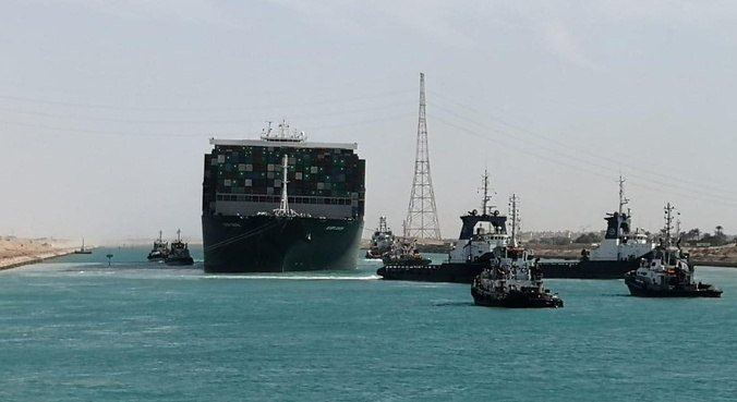 Navio cargueiro é desencalhado no Canal de Suez e tráfego é liberado