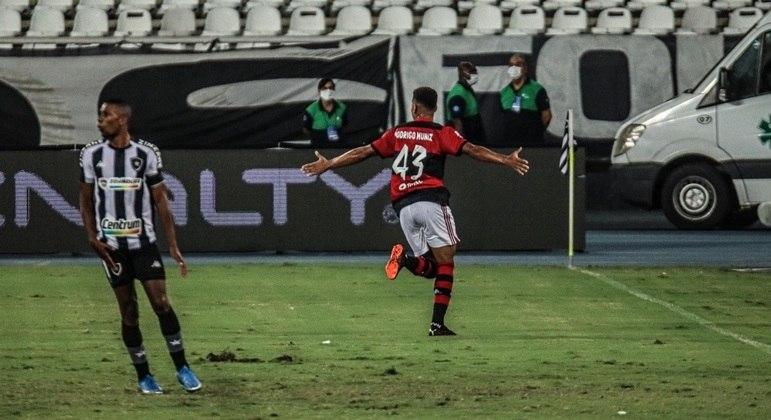 Flamengo vence o Botafogo em clássico e é novo líder do Carioca