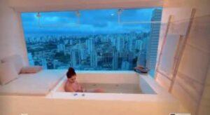 Alok mostra mulher e filha na banheira, e vista rouba a cena