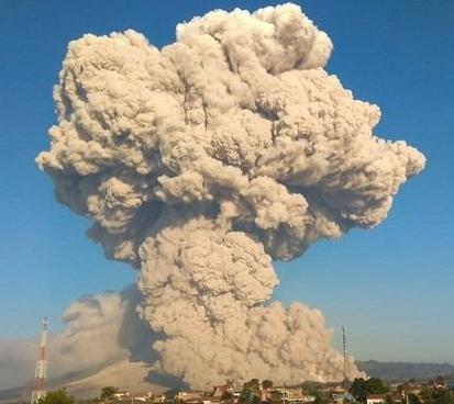 Cinzas do vulcão Sinabung chegam a 5.000 metros de altura na Indonésia
