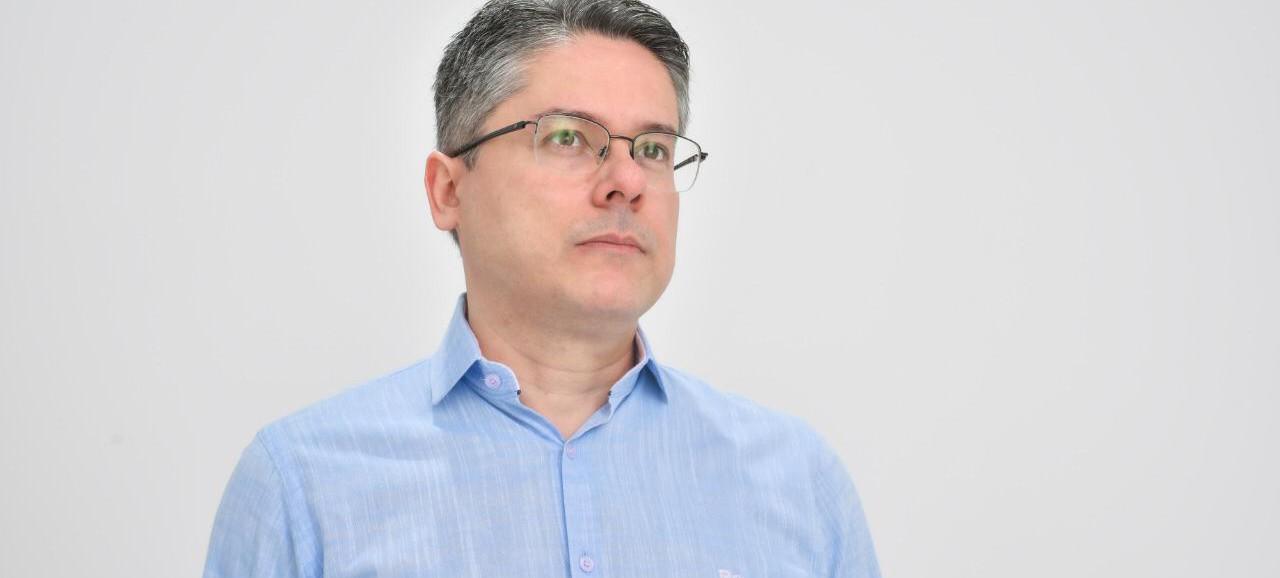 Senador Alessandro Vieira recebe alta hospitalar e volta para casa em Aracaju